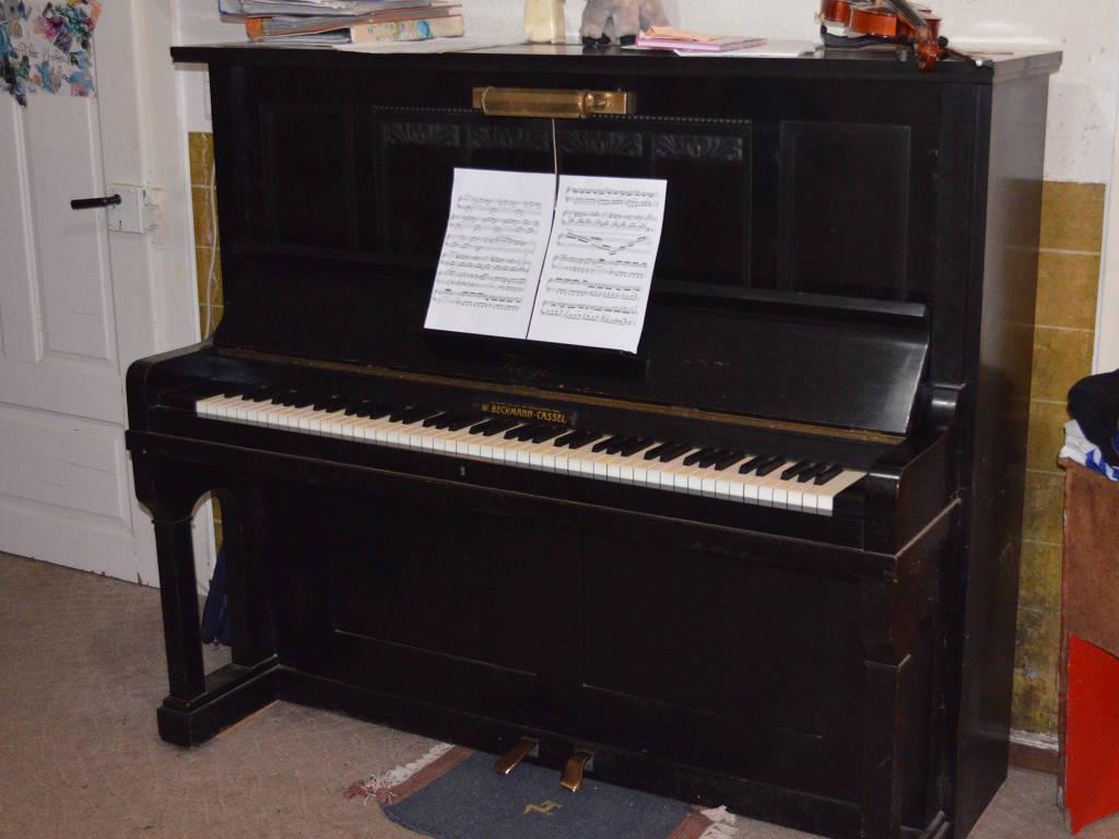 ein klavier ein altes klavier ein sch nes klavier. Black Bedroom Furniture Sets. Home Design Ideas